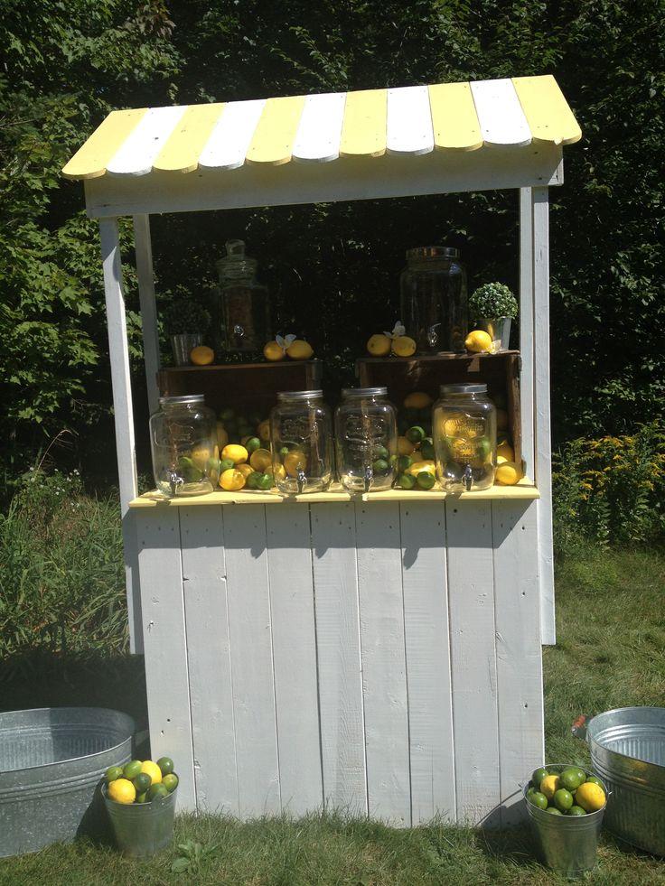 En plus du gâteau, nous pouvons aussi vous fournir un superbe bar à limonade
