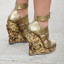 Zeppe dorate ed esagerate, da sfruttare in estate per un effetto shining.Cerchi un paio di scarpe simile? Dai un