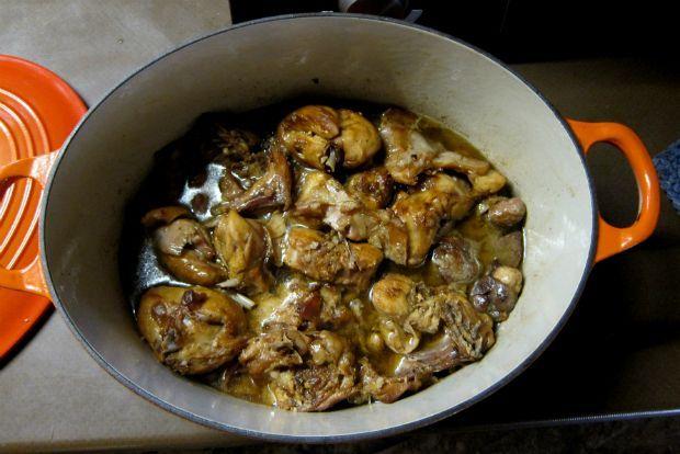 Το κουνέλι στην Κρήτη είναι καθημερινό φαΐ, όπως το κοτόπουλο, και πολλά σπιτικά τρέφουν κουνέλια δικά τους, έτοιμα για κάθε περίσταση. Η συνταγή αυτή, στην απόλυτη αγνότητά της, χωρίς πρόσθετες γεύσεις και καρυκεύματα, είναι γι' αυτά τα νωπά, σπιτικά, μικρά κουνέλια ή και της αγοράς, αν είναι μικρά και φρέσκα.