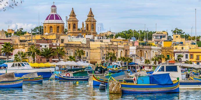 Hafen des Fischerortes Marsaxlokk mit seinen bunten, traditionellen Fischerbooten, Malta