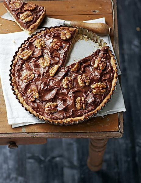 8 maart: Internationale Vrouwendag. Bij delicious. vieren we dat met chocolade. In een taart. Mét walnoten. Enjoy!