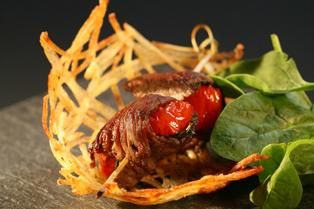 Nid de pommes de terre et roulade de boeuf à la sauge / peut faire vegan