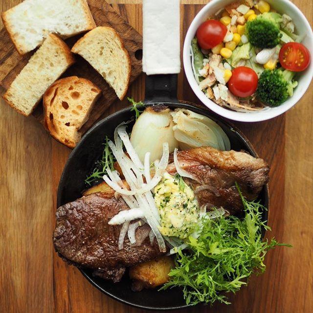 ステーキでご褒美なランチはいかがですか? 超ボリューミーな満足セットです!自家製パンビュッフェ付き アツアツのフライパンにのってジュージュゥ音立ててお席に参ります💫コレは一度は食べる価値ありなヤツです。お昼のお得なグラスワイン🍷300円と一緒に是非! 三宮店でもあります〜♬ #茶屋町ランチ #梅田ランチ #大阪ランチ  #パンビュッフェ #ステーキ#肉#フライパン料理#自家製パン付き #淡路玉ねぎ #ウェディング #wedding #bridal #ブライダル #weddingparty #パーティー #party #二次会 #イベント#event #セミナー #歓迎会 #歓送迎会 #partage #パタジェ