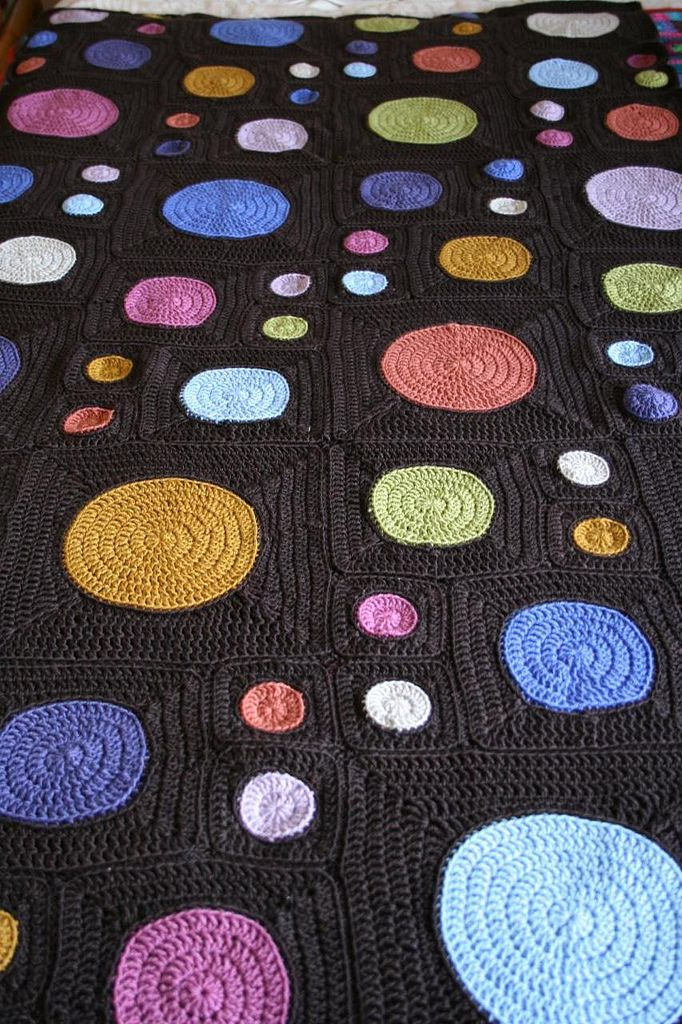 Today I'm going to talk to you about a retro circle blanket. I have had a lot of requests from you guys about this kind of material and patt...