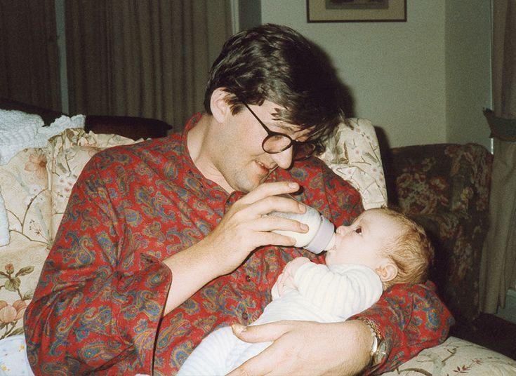 Скармливаю Чарли Лори его ежедневный коктейль — водка с йогуртом. Рождество, 1988