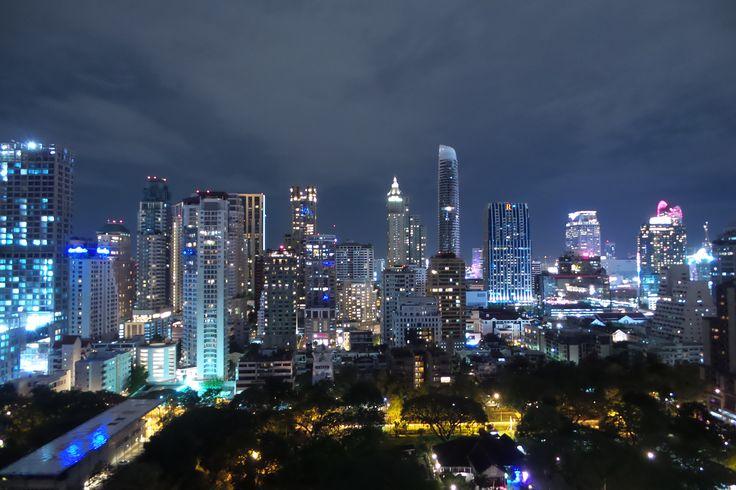 Hotel Indigo, Bangkok, Thailand. // Het uitzicht vanuit onze eerste hotel in Bangkok. Wat een top hotel. Hele fijne kamer, zwembad met bovenstaand uitzicht en bij nacht dus ook fantastisch.