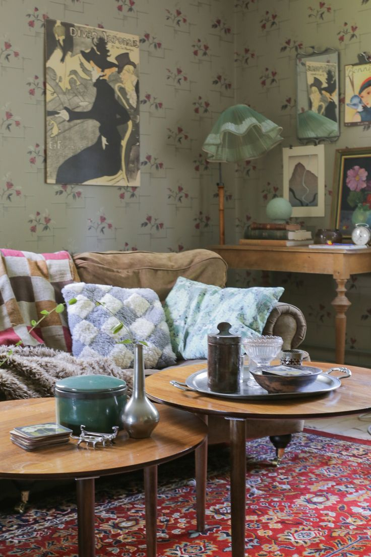 Soffa i Howard-inspirerad modell. Runda soffbord. Övrig inredning är auktions- eller loppisfynd. #inredning #återbruk #byggnadsvård