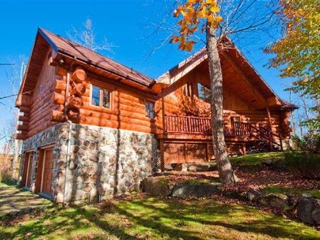 Québec, luxueuse maison en bois rond en front de lac Trois chambres avec placard, mezzanine  # Maison En Bois Rond