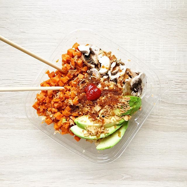Une idée de poké bowl (ou veggie bowl) pour le déjeuner: quinoa, tofu poêlé, patate douce, champignons, avocat, oignons frits, sauce soja-gingembre et une touche de sauce piquante  /  A nice poké bowl idea for lunch: quinoa, sautéed tofu, sweet potato, mushrooms, avocado, crispy onions, soy-ginger sauce and a touch of chili sauce  #pokebowl #veggiebowl #veggie #vegan #vegetarien #amsterdamMS