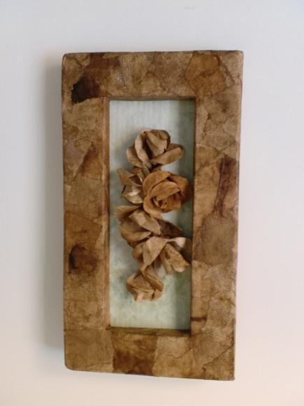 Quadro 100% feito mão. Moldura de papelão e filtro de café usado. No centro, três rosas de filtro de café.  Dimensão: 37 x 20,5 cm R$30,00