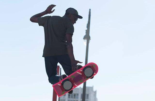 La misteriosa publicidad que ofrece las patinetas voladoras de Volver al Futuro
