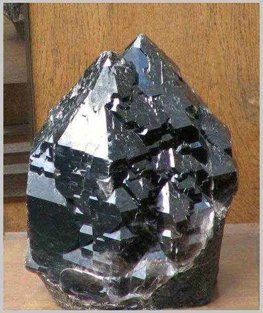 Морион, многоглавый блочно-мозаичный кристалл весом 103 кг. Бразилия.