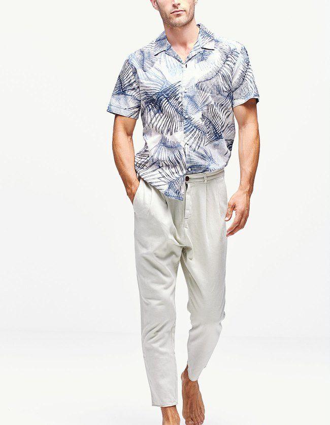 Expresa tu estilo con los pantalones de hombre rebajas de Stradivarius. Pantalones ajustados, pirata, slim, chinos, pitillo o tobilleros para hombres urbanos.