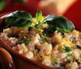 Citronrisotto med basilika får en gräddig, skön smak med hjälp av bland annat det kryddade starkvinet Vermouth samt parmesan- och mascarponeost. Servera din aromatiska risotto med bröd och krispig sallad.
