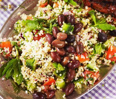 Tabbouleh, en sallad av bulgur med mynta, bladpersilja, lök, gurka och tomat, är…