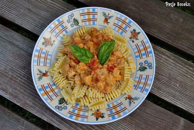 pasta z pomidorowo paprykowym śmietanowym sosem