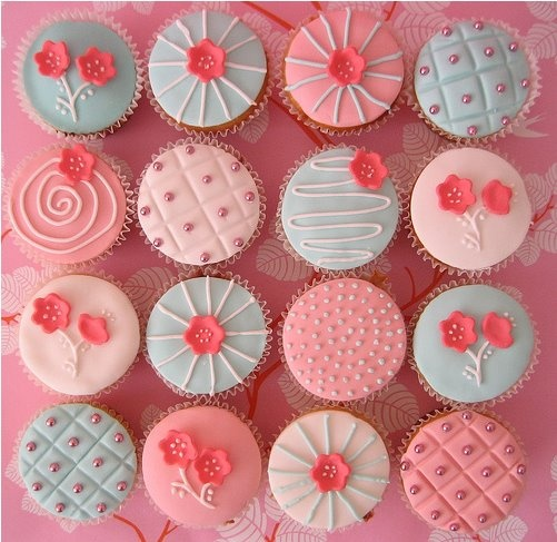 Quanta criatividade... Rosa, azul, branco e confeitos comestíveis!