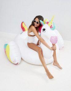 bouee-geante-licorne-unicorn - Rainbow - fashion - mode - accessoires - arc-en-ciel - piscine - swimming pool - woman - beach - plage