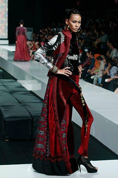 Malli esittelee designit Defusto Audyn kiitotienäytöksellä APPMI-näyttelyssä Jakarta Fashion Week 2010 -työpäivänä ...