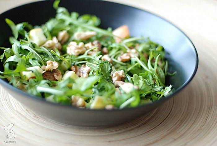 Waldorfsalade - een heerlijke combi van zoete druiven, appel, kaas en walnoten. Lees het recept via de bron!