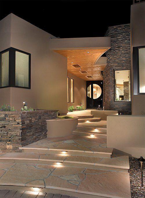 La iluminación artificial hace que el espacio se vea en diferentes tonos desdd la iluminación que tiene en las escaleras