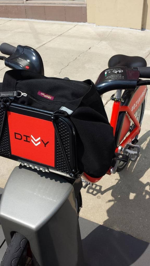 @lindsaybanks sent us this great photo of a Bike Share Bag on a #divvyred. shop.pocampo.com/collections/all/products/bike-share-bag