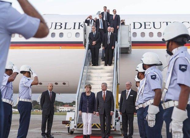 Merkel desembarca no aeroporto do Galeão, sendo recepcionada por militares da FAB às 6h30 deste domingo (Foto: Sgt Rezende/Agência Força Aérea)