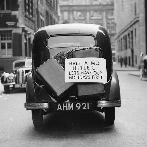 """Un'auto con un cartello con su scritto """"Spetta n'attimo Hitler, andiamo prima in vacanza"""". La foto è stata scattata a Londra il 28 agosto del 1939, quattro giorni prima dell'inizio della Seconda guerra mondiale"""