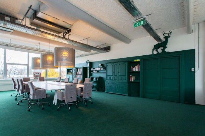 Kringloopmeubilair, geschilderd in zelfde kleur als achterwand voor bv 2 kantoorwanden/lunchruimte WarChild-Amsterdam-interior-design-07