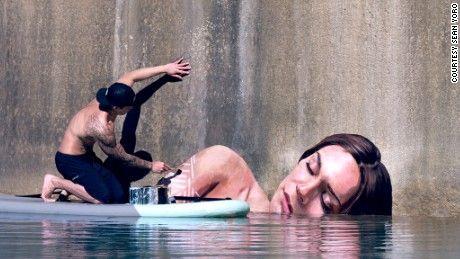 From his floating studio, a paddle board, Sean Yoro creates stunning portraits of women, whose lifelike features barely escape the waterline. http://restreet.altervista.org/sean-yoro-dipinge-sugli-argini-dei-fiumi/