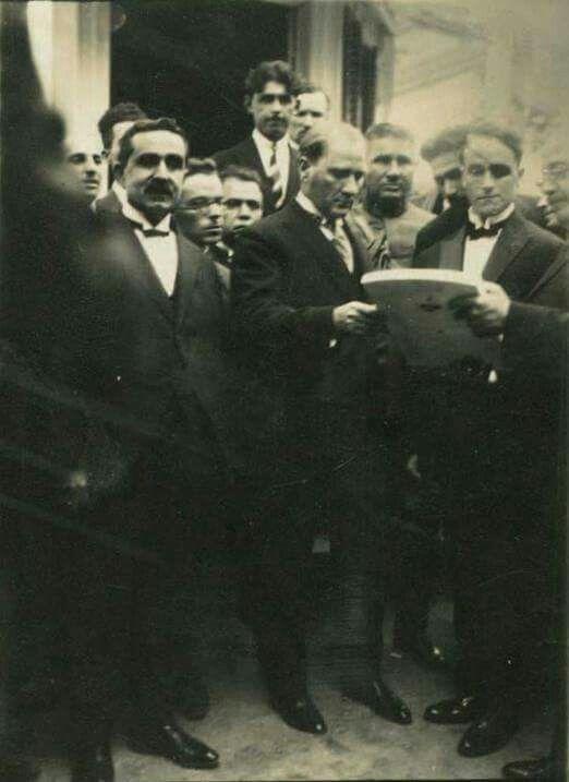 ATATÜRK Alman Mimar Gross ile birlikte, Yalova (19 Ağustos 1929) (Atatürk'e Nutuk'un ilk baskısı takdim ediliyor.denilmiş ?)
