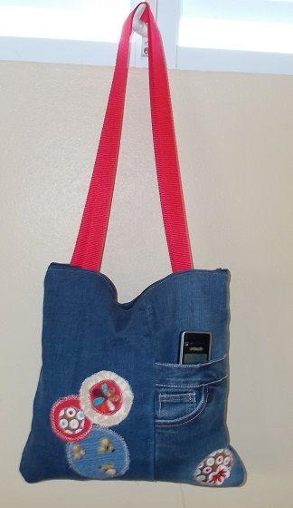 cartera hecho de patalones mahones con adornos en círculos de diferentes telas , mango dobles largos  y cierre en zipper