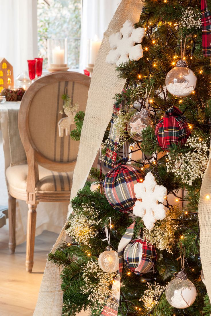 Detalle de rbol de navidad con bolas forradas de tela - Arboles de navidad de tela ...