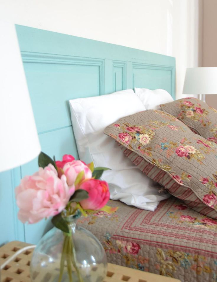 Cabecera: puerta antigua pintada de turquesa: Casa rural Gîte Du Castelet: cabecero cama Country Chic, Bed And Breakfast, Ideas Para, Bed Pillows, Pillow Cases, Sweet Home, Blanket, Bedroom, Pretty