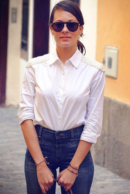 """Dale paso a la tendencia de los """"mom jeans""""; ajustados a la cintura y holgados en los tobillos, tal y como era la norma durante los 90′s . Llevar este tipo de jeans, te ayudará a lucir más esbelta, más delgada y ¡hasta más alta!.  Consigue en Linio los mejores accesorios para acompañar tu outfit >> http://www.linio.com.ve/moda/bisuteria/"""
