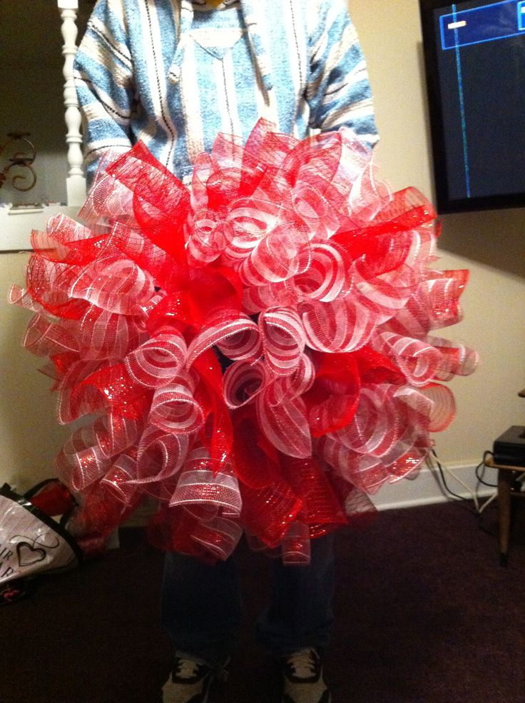 Curly Deco mesh wreath for Christmas. They are super easy