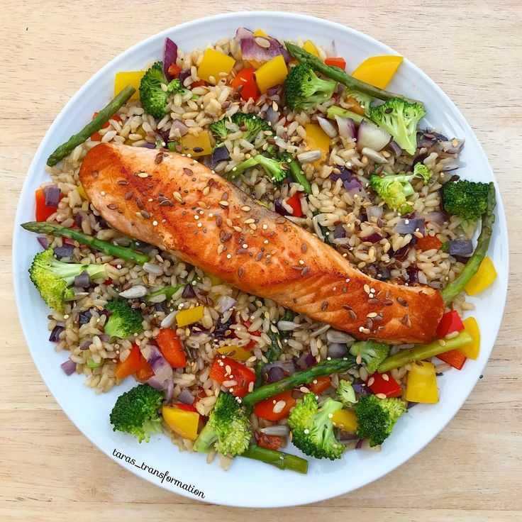 "420 Likes, 8 Comments - Tara ❤️🇬🇧 (@taras_transformation) on Instagram: ""Panfried salmon on a bed of stir-fried whole grain rice and veggies 😍🤤 This meal is so nutritious…"""