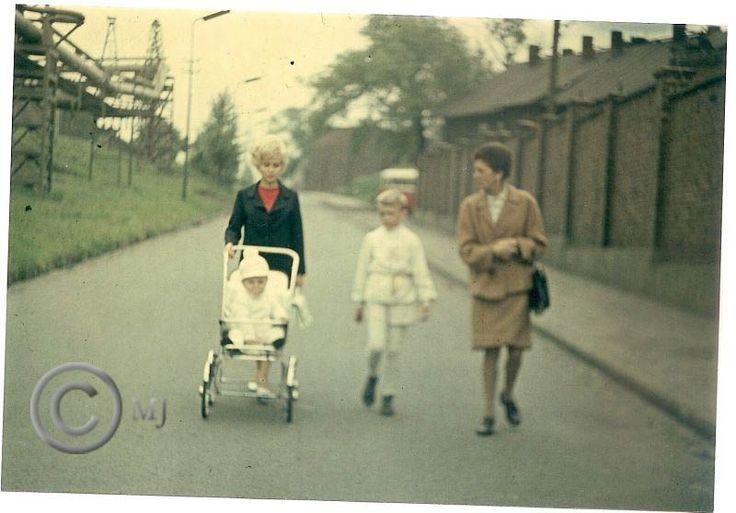 Rodzina z Georgshutte idąca na mszę majową ulicą Konopnicką.Z prawej strony ogrodzenie KZN-ów.Lata 70 XX wieku.( fot.ze zbiorów Henryka Nikisza)