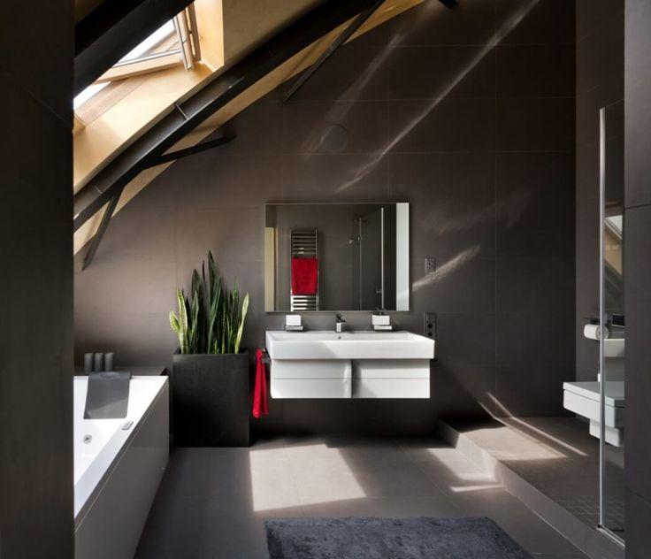 Elegant Badezimmer Mit Dachschräge In Anthrazit Farbe