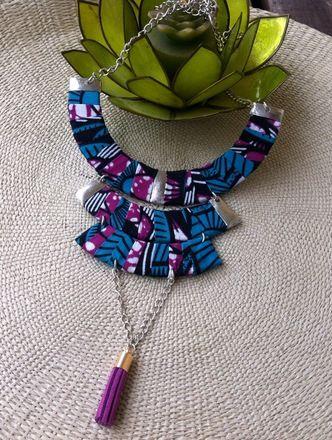 Joli collier trois rangées avec finition pompon fait en wax tissu africain de couleur bleu canard, violet, blanc et noir.  Léger, agréable à porter, il agrémentera vos tenues  - 17233634