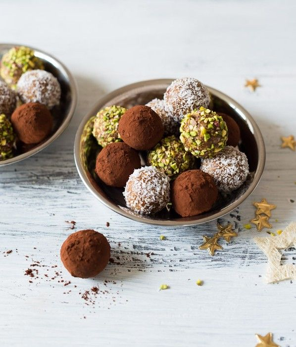 Ingredience: mandle 125 gramů, datle 200 gramů (sušené), ořechy pistáciové (nasekané, na obalení), kokos (na obalení), kakao (na obalení).