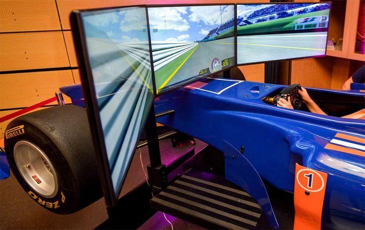 Simulateur de pilotage : Réveillez le pilote qui sommeil en vous ! Prenez les commandes d'une Formule 1, d'une GT, d'une Ferrari …comme si vous pilotiez! Testez le simulateur en conditions réelles: Vitesse et freinage sur grands circuits, courses de côtes, neige, terre, asphalte et bien d'autres.