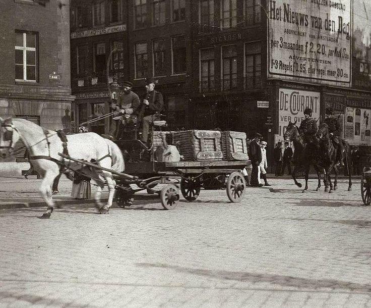 1911 Dam bij zeeliedenstaking Zeeliedenstaking. Bewapende militairen te paard begeleiden in 1911 transporten in Amsterdam open paard en wagen met goederen op de hoek van de Dam en de Damstraat in Amsterdam.