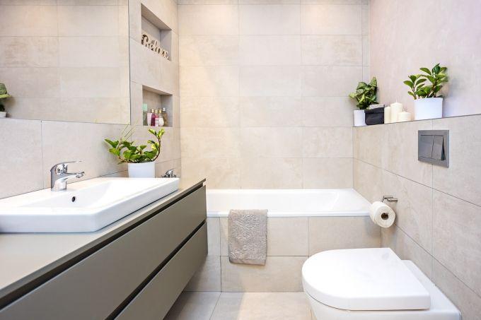 Obkládačky v koupelně efektně doplňuje dekorativní stěrka. Koupelnový nábytek a sanitární keramiku vybírala designérka ve studiu Siko