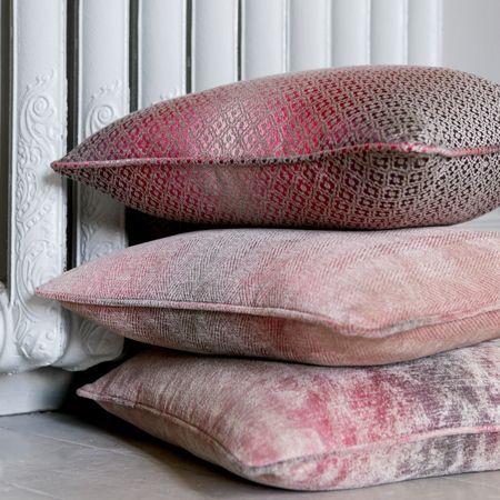 Voor sierkussens ook erg mooi. Op deze manier zijn de klassieke meubelstoffen in een modern jasje gestoken.