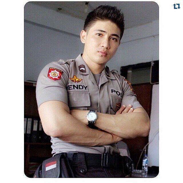 #Repost ・・・ Dari badannya aja udah bisa dipastikan, keamanan sista sista akan terjamin sama pak polisi ganteng ini #police #polisi #tentara #ganteng #cantik #indonesia #awesome #handsome #sexy #style  #polisiganteng