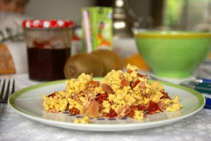Oeufs brouillés jambon sec et tomates séchées