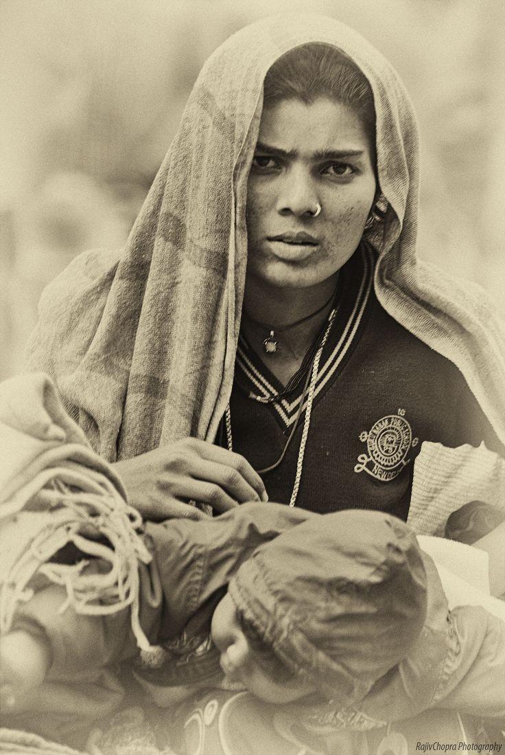 A mother and child. Khari Baoli. Old Delhi. Indiaa