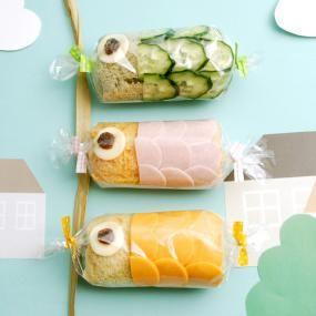 3種の食パンミックスで作った、カラフルなこいのぼりロールサンド。 サラダやハム、チーズをのせてくるくる巻いた、ミニサイズの食べやすいサンドイッチです。 持ち運びもしやすいので、ゴールデンウイークのピクニックなどにもおすすめです!