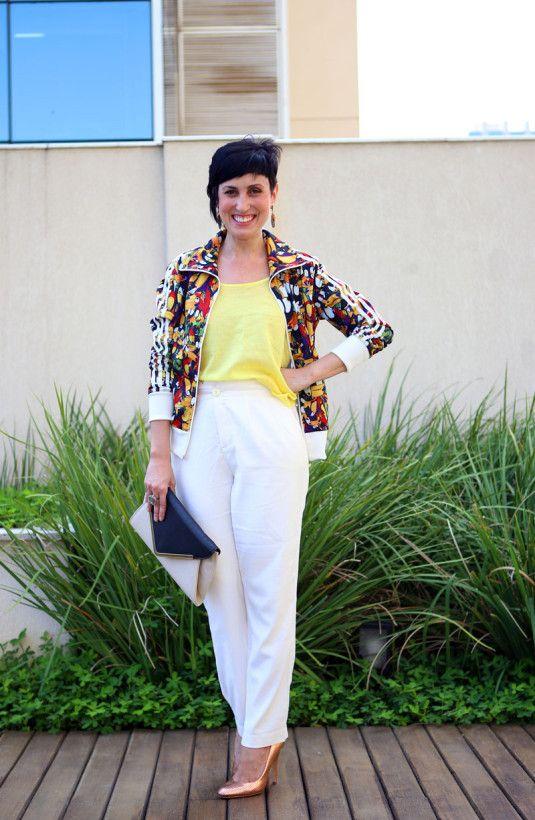 jaqueta multicolorida blusa amarela, calça branca scarpin metalizado